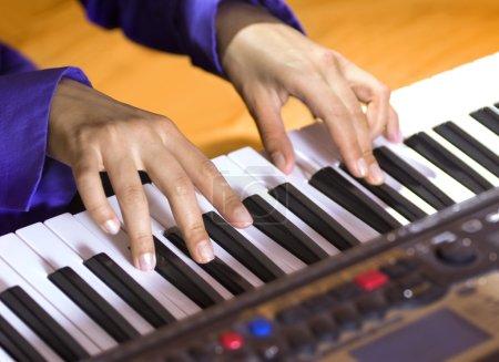 Photo pour Mains de pianiste qui joue le séquenceur moderne - image libre de droit