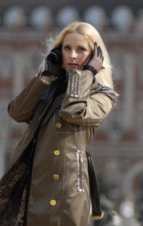Photo pour La belle blonde sur les routes marchant sur un bord de route . - image libre de droit