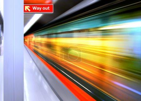 Photo pour Contexte du train à grande vitesse avec flou de mouvement en plein air - image libre de droit
