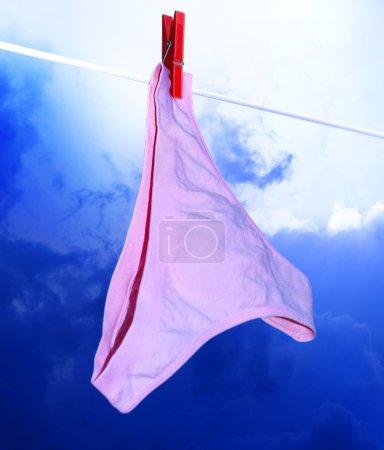 Photo pour Pantalon rose sur le rouge et vêtements en ligne vêtements-peg - image libre de droit