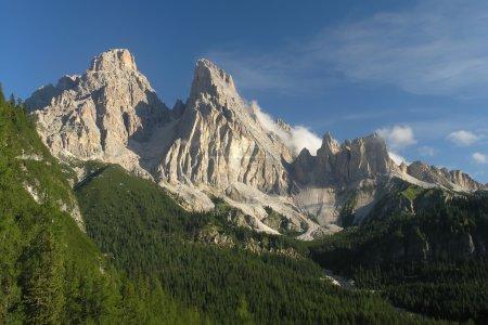 Photo pour Rochers blancs dans les montagnes - image libre de droit