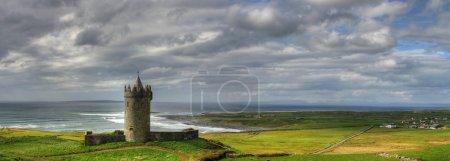 Photo pour Château de Doonaghore en Irlande de l'Ouest - panoramique - image libre de droit