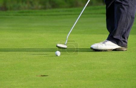Photo pour Terrain de golf à adare - va dans le trou de balle - image libre de droit