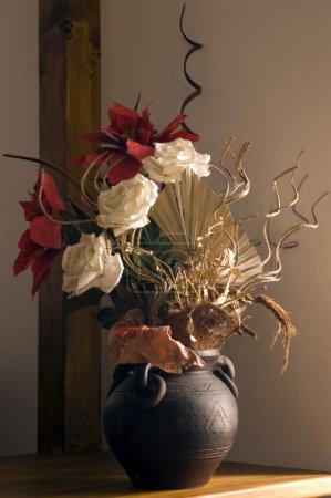 Photo pour Composition des fleurs artificielles en vase - image libre de droit