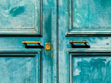 Photo pour Porte vintage turquoise avec poignée en métal et trou de serrure - image libre de droit