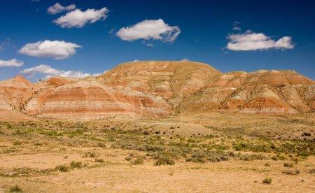 Photo pour Désert et montagnes sous le ciel bleu - image libre de droit