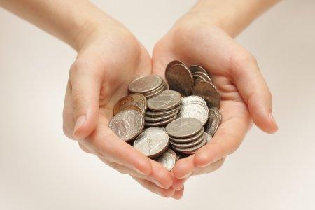 Photo pour Pièces en argent dans les mains - image libre de droit