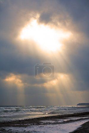 Photo pour Dieu rayonne du ciel sur la côte froide - image libre de droit
