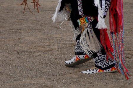 Photo pour Jambe colorée et la chaussure d'un danseur amérindien - image libre de droit