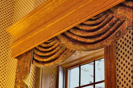 Photo pour Traitement de fenêtre avec rideau de panneaux et de la corniche - image libre de droit