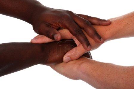 Photo pour Mains de mâles noirs et blancs serrées ensemble - image libre de droit