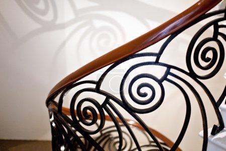 Photo pour Grille de métal moderne avec des rail de bois lisse sur un escalier - image libre de droit