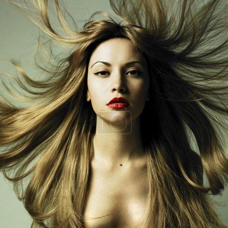 Foto de Foto de moda de mujer hermosa con el pelo magnífico - Imagen libre de derechos