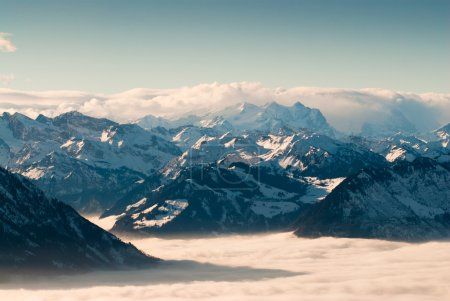 Photo pour Découvre des montagnes suisses au-dessus des nuages en hiver, vue de rigi, Suisse - image libre de droit