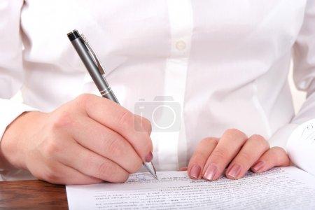 Photo pour Femme d'affaires, écrit sur un formulaire - image libre de droit