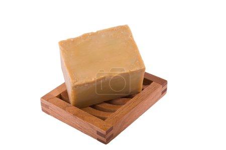 Photo pour Bar de savon à l'huile d'olive naturelle sur support en bois - image libre de droit