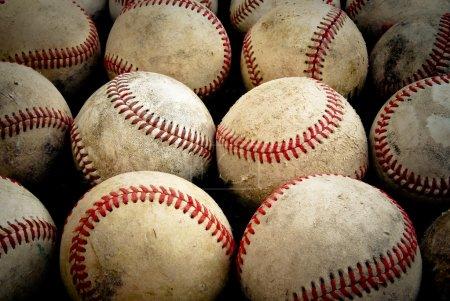 Photo pour Quelques vieilles balles de baseball en ligne avec sensation antique. - image libre de droit