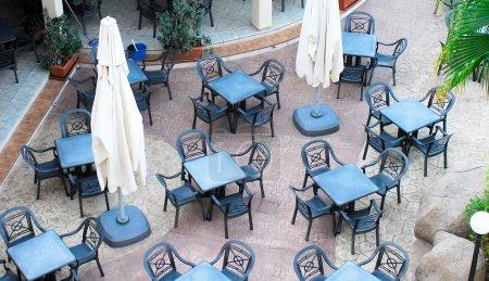 Photo pour Vue de café vide en été - image libre de droit