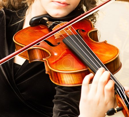 Photo pour Young woman practicing her violin - image libre de droit