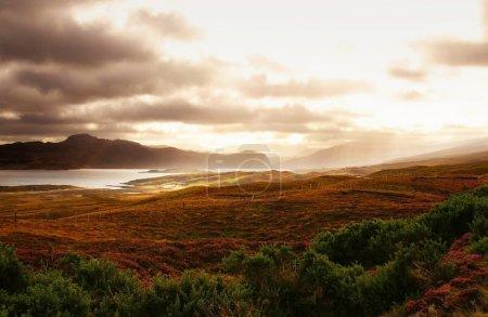 Photo pour Coucher de soleil Ecosse magique sur des collines et l'océan - image libre de droit