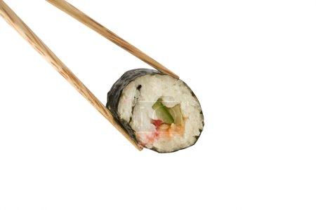 Photo pour Une image d'un seul rouleau de sushi entre deux baguettes - image libre de droit