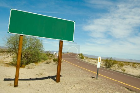 Photo pour Blank Green Road Sign On Desert Road - Prêt pour votre propre message . - image libre de droit