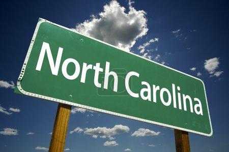 Photo pour Caroline du Nord Green Road signe avec des nuages spectaculaires et le ciel . - image libre de droit