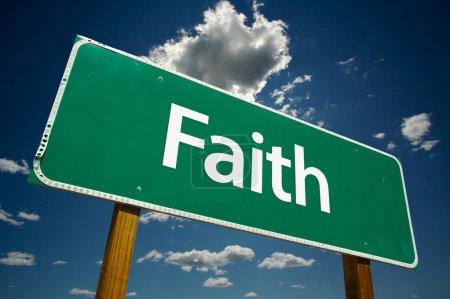 Photo pour Panneau de signalisation de foi avec le ciel et les nuages dramatiques - image libre de droit