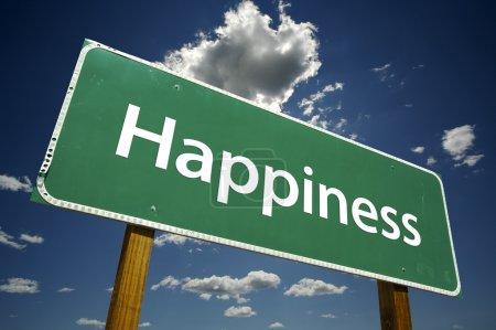Photo pour Panneau de signalisation de bonheur vert plus dramatique ciel bleu et nuages avec un tracé de détourage. - image libre de droit