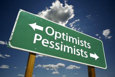 Photo pour Optimistes, panneau de signalisation pessimistes vert plus dramatique ciel bleu et nuages avec un tracé de détourage. - image libre de droit