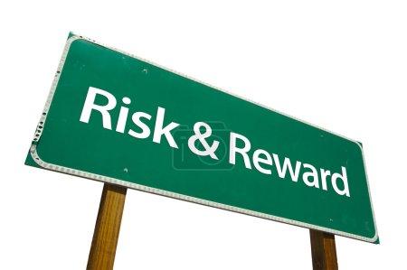 Photo pour Risque et récompense panneau de signalisation vert isolé sur fond blanc avec un tracé de détourage. - image libre de droit
