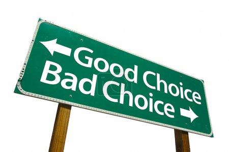 Photo pour Signe de bon choix et mauvais choix de route vert isolé sur fond blanc avec un tracé de détourage. - image libre de droit