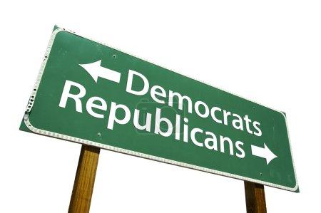 Photo pour Démocrates et républicains panneau de signalisation vert isolé sur fond blanc avec un tracé de détourage. - image libre de droit