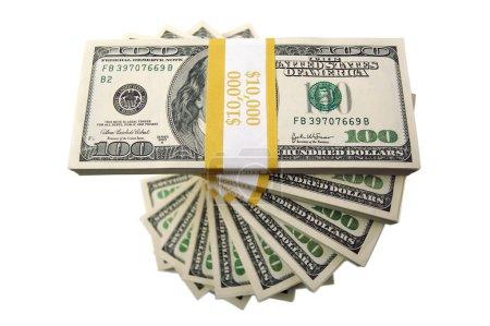 Photo pour Dix mille dollars empilés de cent dollars projets de loi spiralant vers le haut isolé sur blanc . - image libre de droit