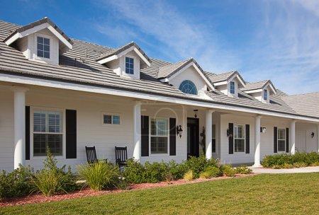Photo pour Belle façade de maison contre un ciel bleu - image libre de droit