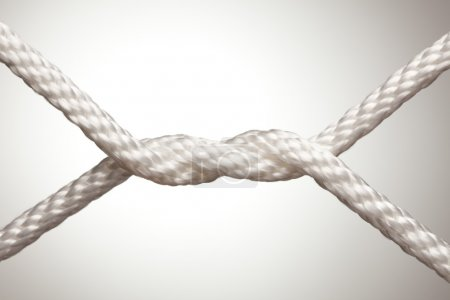 Photo pour Noeud de corde en nylon blanc abstrait sur un fond lumineux . - image libre de droit