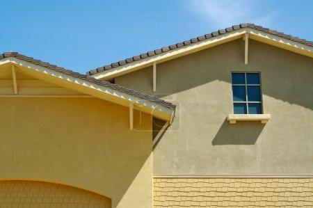 Photo pour Façade Résumé du mur du bâtiment et des fenêtres cintrées . - image libre de droit