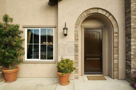 Photo pour Une porte de maison américaine nouvellement construit, moderne et patio. - image libre de droit