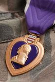 Médaille de guerre Purple heart sur tapis de camouflage