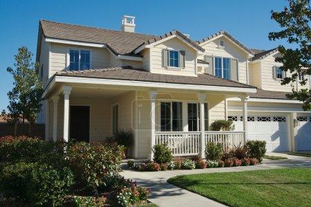 Foto de Una casa recién construida, moderna americana - Imagen libre de derechos