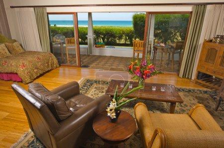 Photo pour Maison face à l'océan avec vue depuis le salon . - image libre de droit
