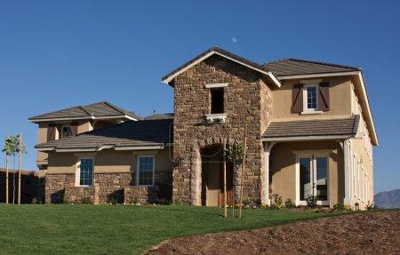 Photo pour Une maison américaine moderne nouvellement construite avec un aménagement paysager frais . - image libre de droit