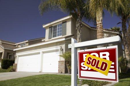 Photo pour Rouge vendu pour signe Immobilier vente en face de la maison. - image libre de droit