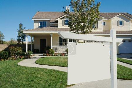 Photo pour Blank Real Estate Connectez-vous devant une belle nouvelle maison prête pour votre propre message . - image libre de droit