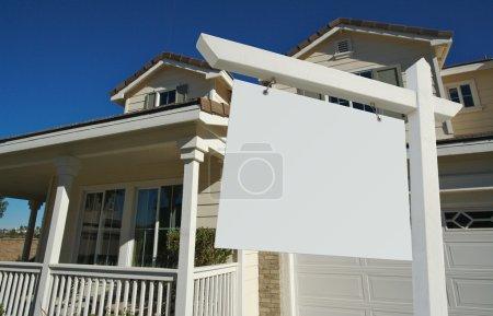 Photo pour Blank Real Estate Connexion en face de belle nouvelle maison - prêt pour votre propre message . - image libre de droit