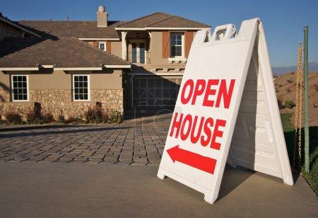 Photo pour Ouvrir le panneau de la maison en face d'une maison toute neuve. Colocation de votre propre message dans la partie supérieure du signe. - image libre de droit