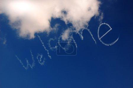 Photo pour Signe encourageant, écrit sur le ciel au-dessous des nuages par un avion - image libre de droit