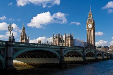 Photo pour Le big ben, les maisons du Parlement et westminster bridge à Londres dans une belle journée - image libre de droit