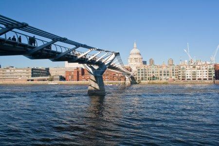 Photo pour Le millennium bridge traversant la rivière thames et st paul cathédrale en arrière-plan - image libre de droit