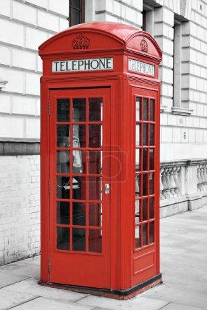 Photo pour Traditionnel rouge cabine téléphonique à Londres avec un fond désaturé - image libre de droit